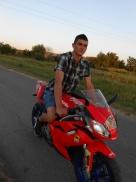Testvérem, Zoltán a próbaúton. Ő a kapcsolattartó is és a motorokat is együtt bontjuk.